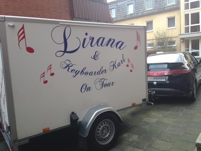 Foto zeigt Anhänger des Equipments von Alleinunterhalter NRW und Party DUo NRW Keyboarder Karl und Sängerin LIRANA - Die Coverband Musik Duo Interpreten aus NRW